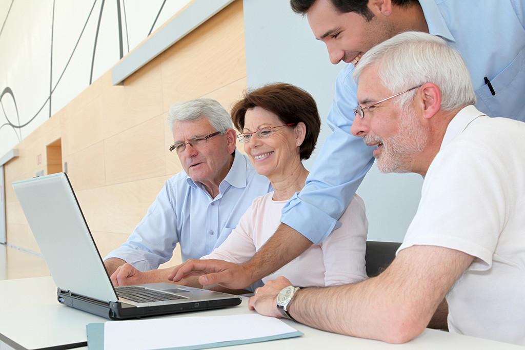 専門家と連携し、高齢者や生活困窮者への支援も